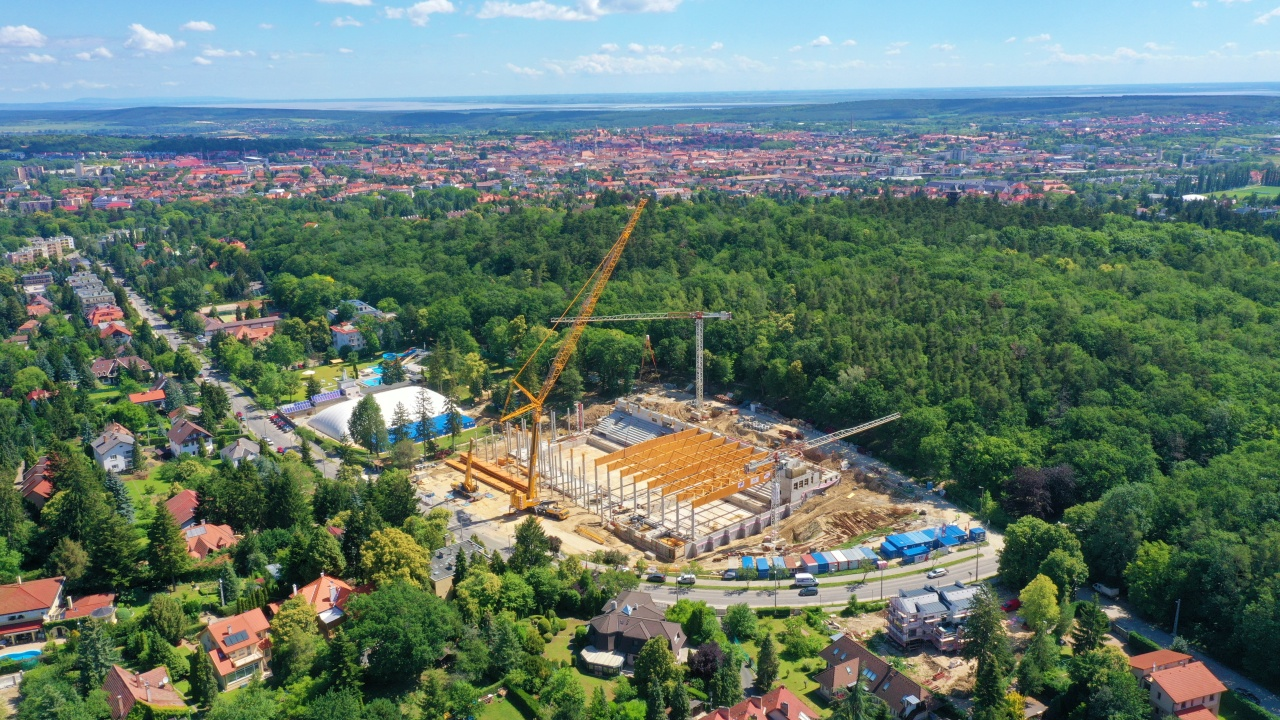 Közel 50 méteres gerendák tartják majd Sopron uszodájának tetejét